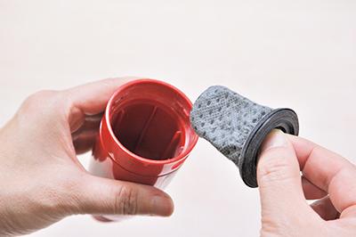 画像: 紙パック不要でダストカップもフィルターも水洗いOK。容量は少なめ。