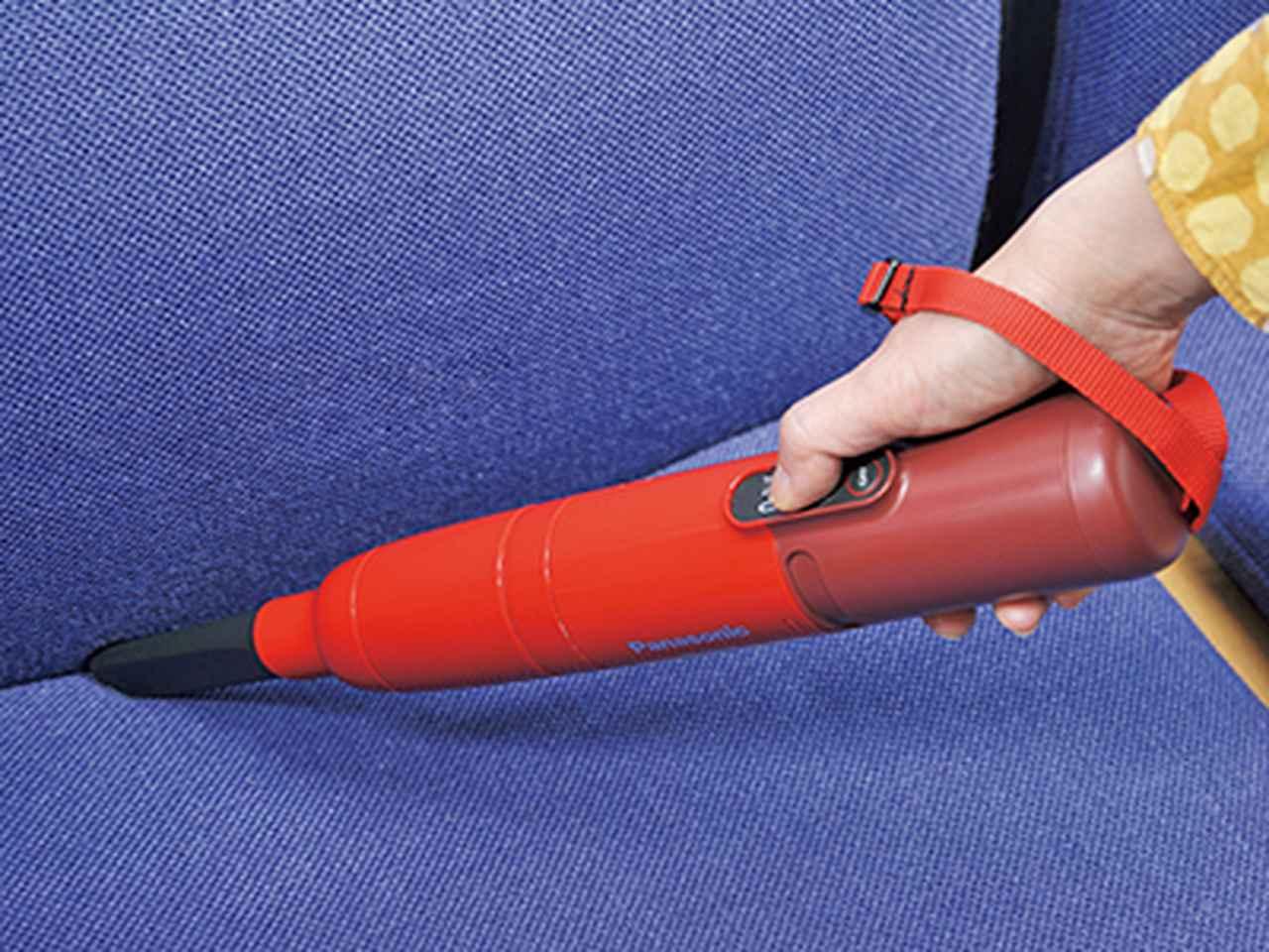 画像: 付属のすき間ノズルを装着すれば、ソファーやキーボードのゴミにも対応。