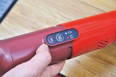 画像: 掃除モードは「強」と「弱」。操作部には充電残量やゴミの量も表示する。