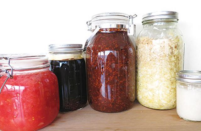 """画像: 毎日が""""発酵生活""""なので自家製の発酵食・発酵調味料を常備している。写真はその一部。左から発酵トマト、しょうゆ糀、黒豆みそ、発酵キャベツ、お米酵母"""