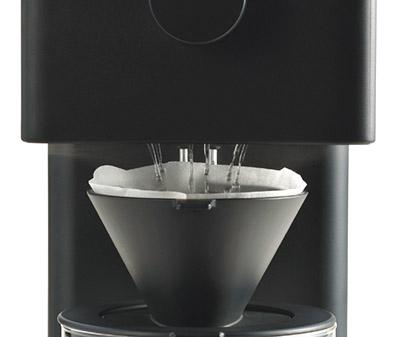 画像: シャワー噴出口とドリッパーの間にあえて約2センチのすき間を設けることで、挽かれた豆が落ちる様子や、ドリップされて膨らむ様子など、プロセスを楽しめるようになっている。