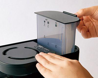 画像: 水タンクは本体から外せるので、給水やお手入れが簡単にできる。コーヒーを淹れるときは、杯数に合わせて、水タンクに記された目盛りまで水を入れて本体にセットする。