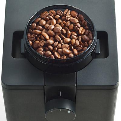 画像: 挽きムラをなくすため、業務用機材で使われる臼式のフラットミルを採用。低速で、均一にコーヒー豆を挽くことで、雑味を抑えたすっきりとした味わいをかなえる。