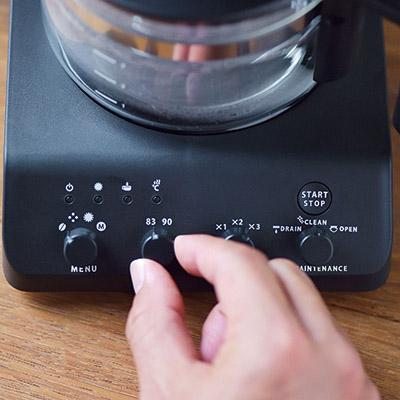 画像: 豆の鮮度や煎り具合に応じて、粒度は粗・中・細挽きの3段階、温度設定は83℃と90℃の2段階に調節可能。操作部は前面に集約されており、使いやすい。
