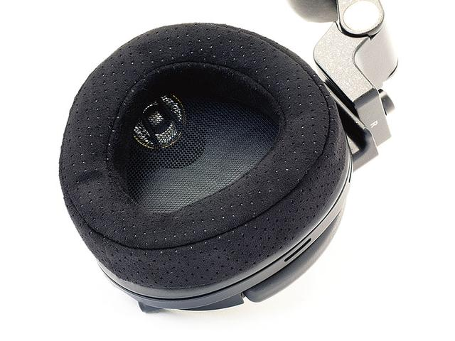 画像: ハウジングの内側に見えているのが、中高音用ドライバー。このほかに、低音用ドライバーと反対側の音を再生するドライバーを内蔵している。