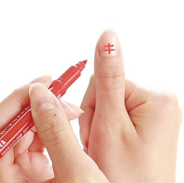 画像: 利き手の親指のつめに、カタカナの「キ」と書いておく。ダイエット中であることを意識することが目的なので、シールを貼るのもよい。食事の際に親指のツメを見るたび、ダイエット中であることを思い出す。
