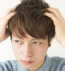 画像: 髪の内側に指を入れ、持ち上げるようにハードジェリーを全体になじませていく。 www.loretta-jp.com