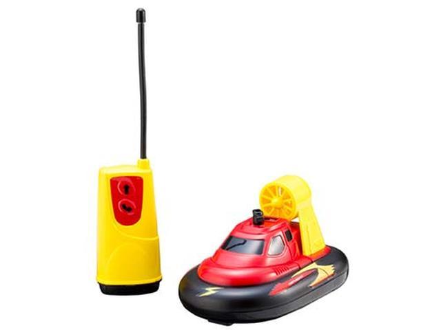 画像: ホバークラフト風のR/Cおもちゃ。地上(フローリングの床など)も水上(ビニールプールやお風呂)でも遊べる。本体とコントローラーの電源は、それぞれ単三アルカリ電池2本(合計4本)が必要。
