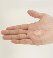 画像: ハードゼリーを500円玉分くらい取り、手のひら、指の間にしっかりと伸ばす。 www.loretta-jp.com