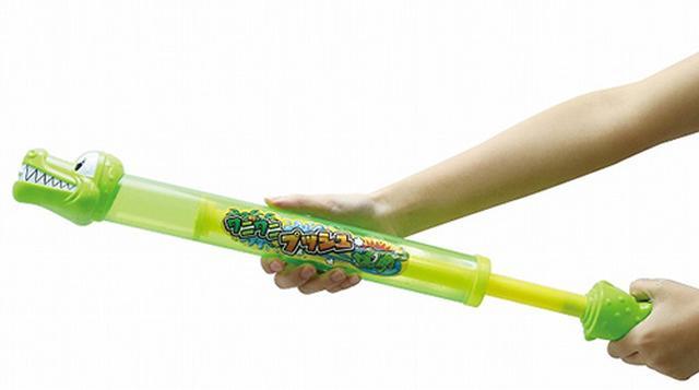 画像: シンプルなワニの顔がついた押し出しポンプ式の水鉄砲。レバーを押し込む強さで水が飛ぶ距離が変わるが、小さい子供の力だと、過激な威力にはならないので安心して遊ばせることができる。