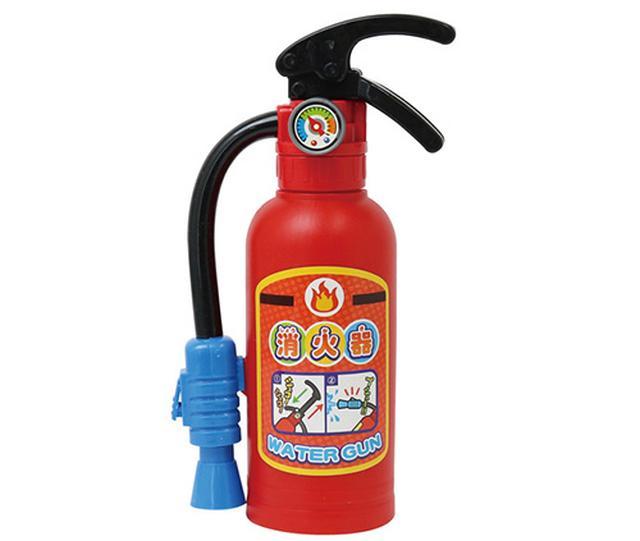 画像: 消火器そっくりな水鉄砲。タンクに水を入れてレバーで空気を圧縮。ノズル先端のボタンを押して水を噴射する。これはミニタイプで、タンク容量の大きな「ファイヤーファイター」もある。
