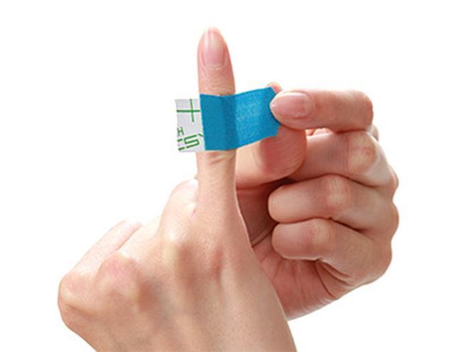 画像: 皮膚に圧がかかるように引っ張って貼る