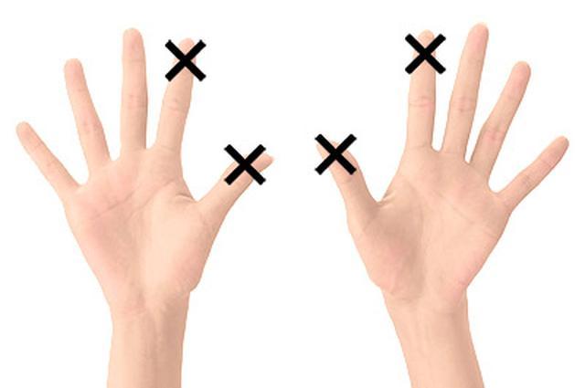 画像: テープは両手に貼るが、親指と人差し指は使わない