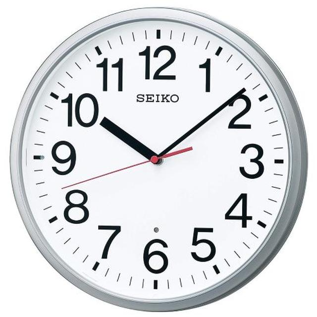 画像: 電波時計、アナログタイプ。 銀色、メタリック。