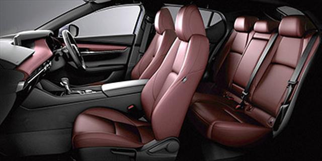 画像: インテリアは前席優先のレイアウトで、後席は狭くはないが、閉塞感は強め。バーガンディの内装色は日本車離れしたコーディネートだ。