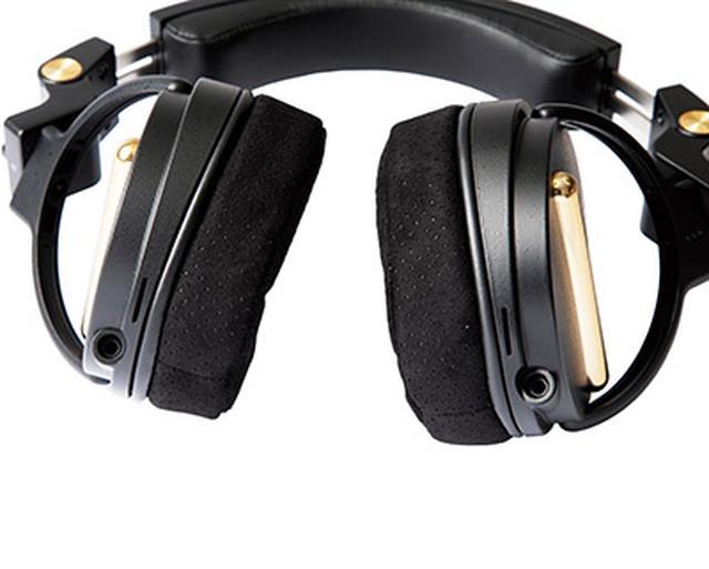 画像: 着脱式のヘッドホンコードは専用のものを使う。標準プラグ(3.5メートル)とステレオミニプラグ(1.5メートル)の2本が付属している。