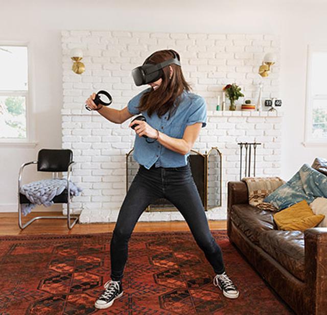 画像: 体も動かせる「6自由度」のシステムなので、ヘッドセットをしたまま部屋の中を自由に動き回ってVRコンテンツを体感できる。