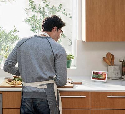 画像: キッチンに設置して、レシピを調べるのも簡単。音声だけでなく、画面で材料や作り方を確認できるのが魅力だ。