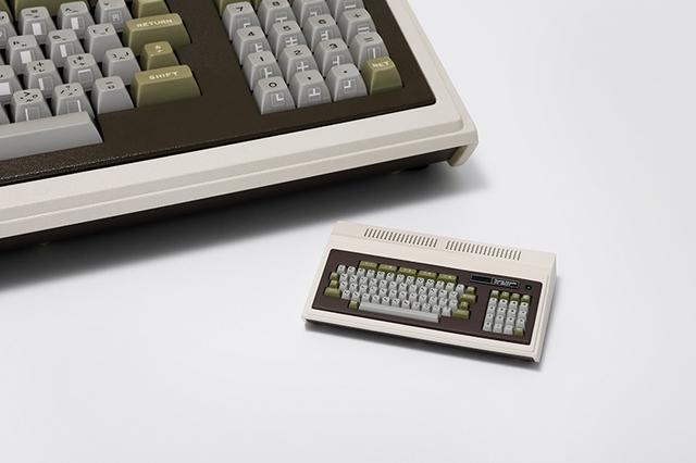 画像: NEC初の本格的パソコンPC-8001(左)を1/4サイズで再現したPasocomMini PC-8001(右) nec-lavie.jp