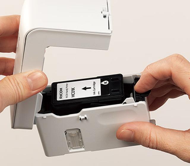 画像: 専用インクカートリッジは実売価格4900円。簡単な手順で交換ができる。A4(5%チャート)で320枚程度の印字が可能。