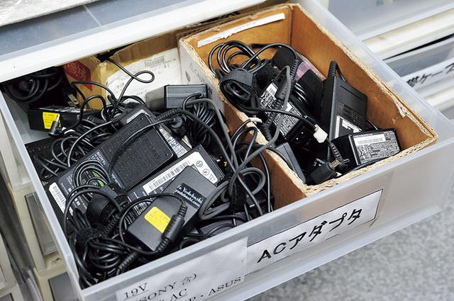 画像: 古い機種にも対応できるよう、昔のアダプター類もいろいろと準備。でも、持ち込むときは、付属ケーブルも持って行ったほうが確実よ。