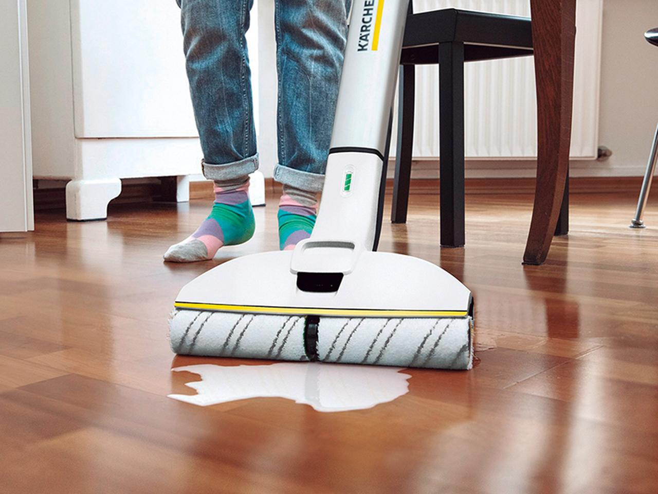 画像: マイクロファイバー製のローラーが自動回転するので、ゴシゴシとこする必要なし。スティックは左右に倒すことができ、家具下などのすき間にも潜り込める。