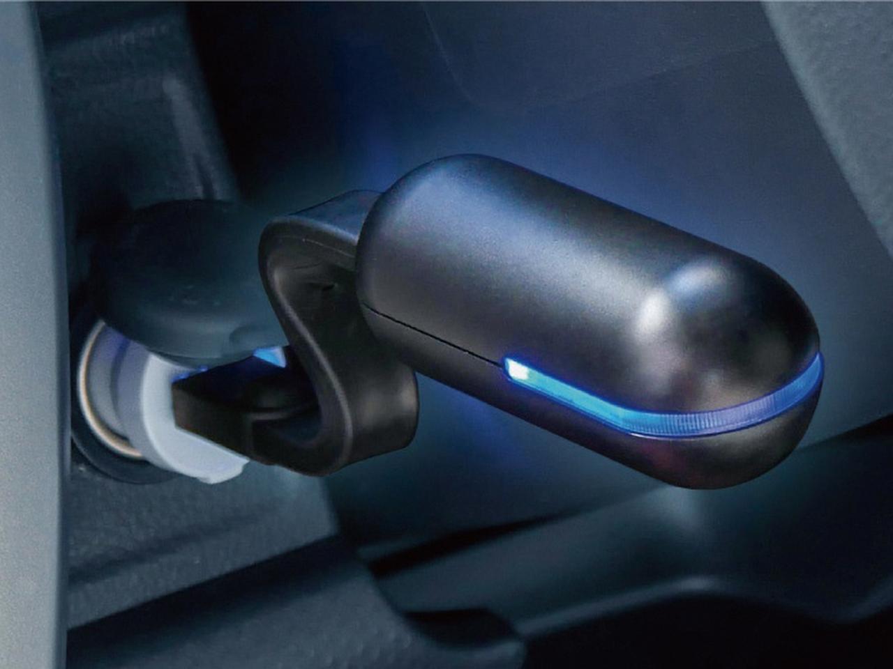 画像: 受信機は車内のUSBポートにつなぐだけ。フレキシブルワイヤーで設置の自由度も高い。本体裏にUSBポートが装備されているので、そこからスマホの充電もできる。