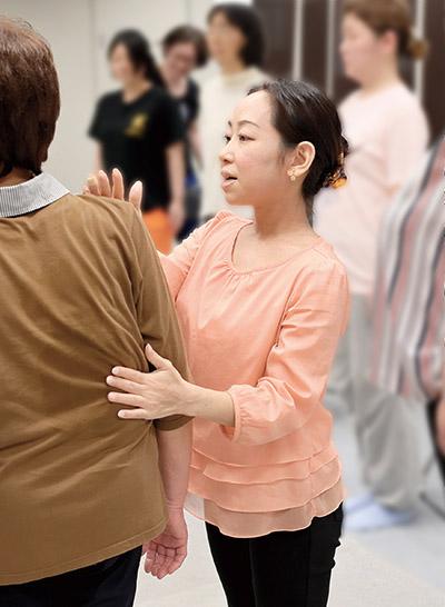 画像: 参加者のかたの姿勢を見る黒田先生