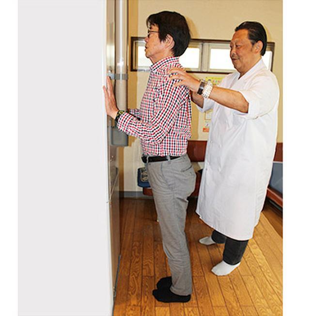 画像: 内股スクワットの指導をする八木先生