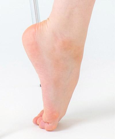 画像: 足の甲側を伸ばす