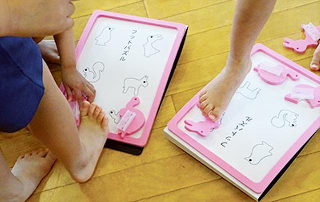 画像: 足の指を使うフットパズルで子どもも楽しみながら足指を鍛えている