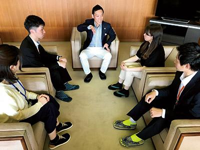 画像: 市長も職員の皆さんも普段から草履を愛用