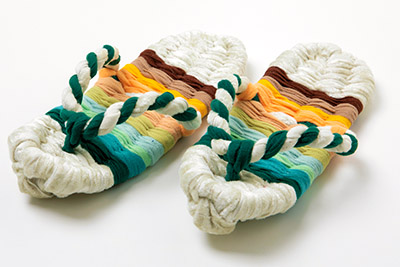 画像: モフ草履は、毛布のへりを使って手作りする。 はき心地がよく快適!