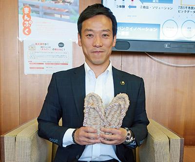 画像: 泉大津市・南出市長。手に持っているのは自ら編んだ「モフ草履」