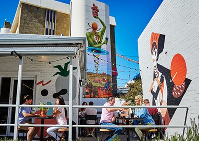 画像: パース駅の北側に位置するノースブリッジ。国際的なアート、ファッション、歴史的な文化遺産の展示、バーやナイトクラブの活気のある街の雰囲気がブレンド。 www.nonbiri-perth.com