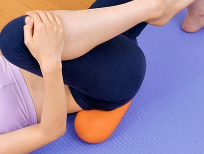 画像: バスタオルの置き方 写真のように、骨盤の右側の対角線になるように置く