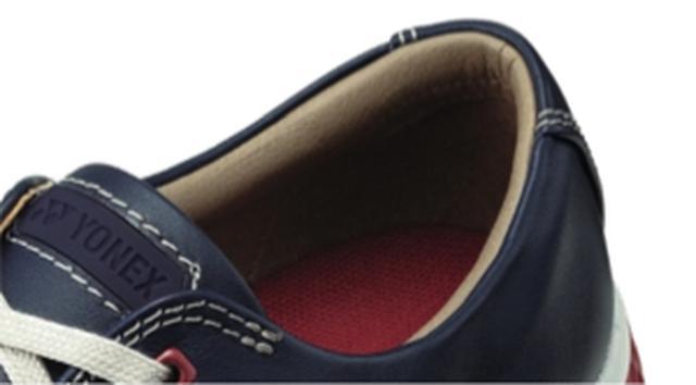 画像: タング部と履き口にすっきりとした柔らかなスポンジを配置。スタイリッシュな外観ながら、優しく包まれるような履き心地を実現。