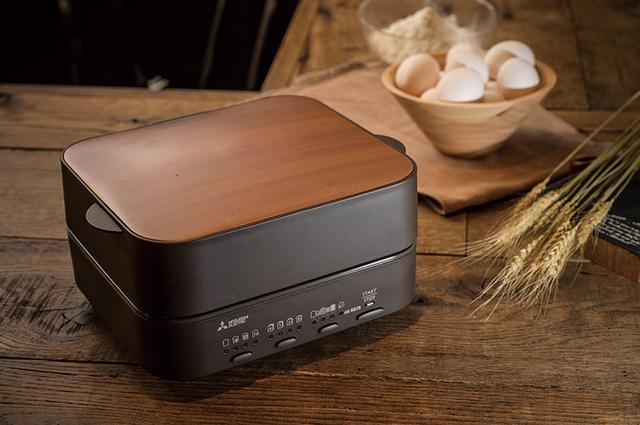 画像: 天板を木目調のデザインにするなど、ダイニングテーブルにもなじむシックでシンプルなデザイン。キッチンではなく、食卓で調理したてのパンを一枚一枚味わうというコンセプトは、従来のトースターとは明らかに異なる。