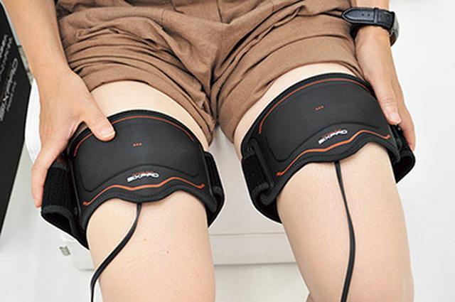 画像: 両方の太ももに巻くことで、足裏〜太ももまでの筋肉を一度にトレーニングできる。