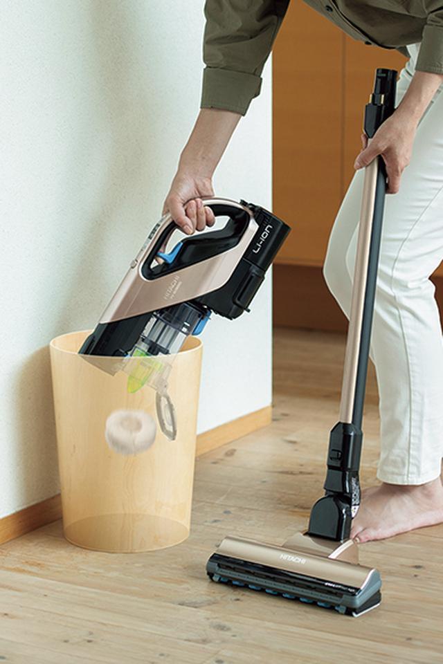 画像1: 手元のレバーを引くだけで簡単にゴミを捨てられるスティック掃除機