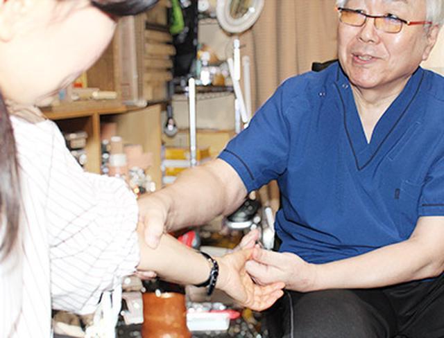 画像: 腱鞘炎の治療に親指トントンを用いる宮本先生