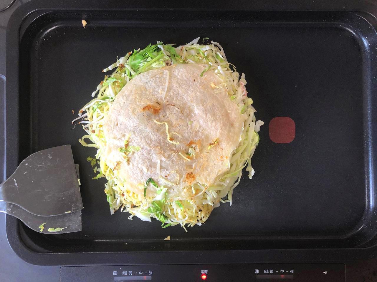 画像: ブタ玉そばダブルのお好み焼きを作成中。本体とそばダブル(2玉)を合体させたところ。余裕があり、使いやすい。