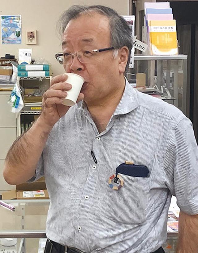 画像: 近くの農園で採れたゴーヤで作ったゴーヤジュースを飲む下津浦先生