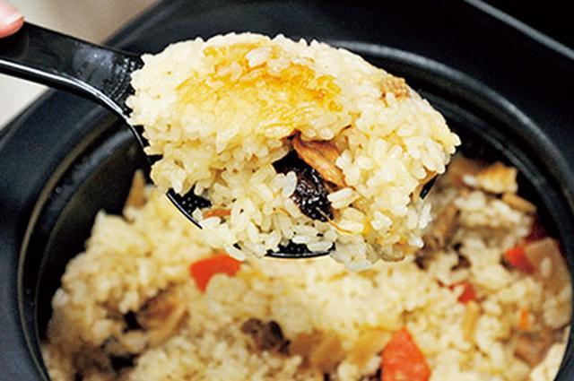 画像: 炊き込みご飯は、香ばしいおこげ付き。これも、土鍋炊飯の特徴の一つ。