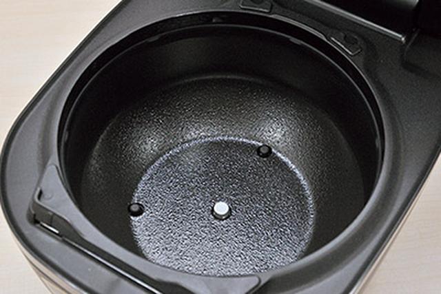 画像: 内釜全体を包み込む「遠赤特大土かまど」が、IHの熱をしっかり伝える。