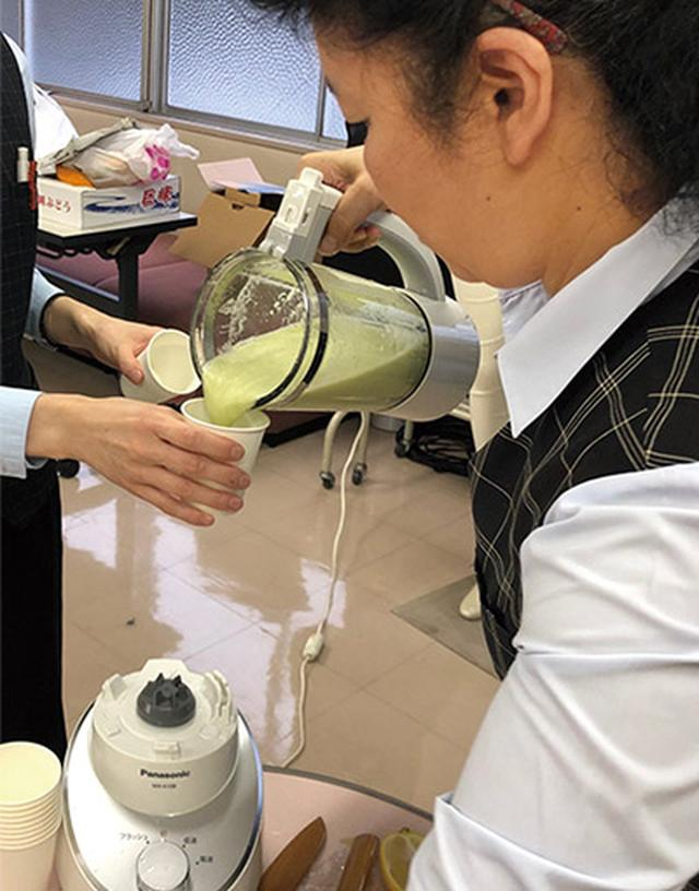 画像: 下津浦内科医院のスタッフは皆さん、ゴーヤジュースを愛飲している