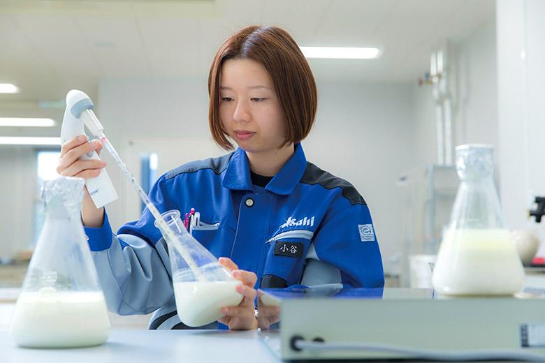 画像: 今年誕生100周年を迎えたカルピス。研究所では現在も乳酸菌や発酵乳に関する地道な研究が続けられている。