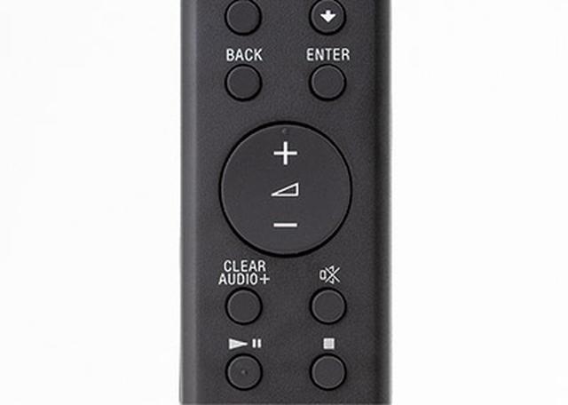 画像: ●音量調整がしやすい 細長いスティック状のリモコン。操作ボタンは小さいが、中央の音量調整キーは大きく、操作しやすい。