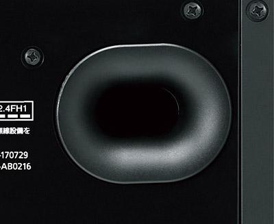 画像: ●裏面のバスレフポート 裏面のバスレフ型のウッドボックスを含め、合計5基のスピーカーユニットを搭載。