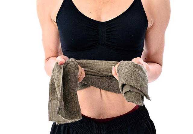 画像3: タオル1本で行う「肋骨締め」のやり方